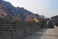 Klockan står högt på den stora Kina väggen Arkivfoto