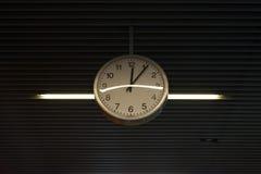 Klockan visar 5 till 12 Royaltyfri Bild