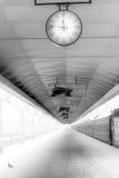 klockaplattformsjärnväg arkivbilder