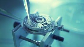 Klockarörelse som repareras i en reparation, shoppar Makrovideo lager videofilmer