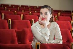 Klockashow för ung kvinna i teater eller bio Arkivfoton