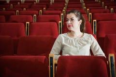 Klockashow för ung kvinna i teater eller bio Royaltyfria Foton
