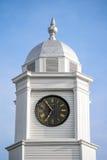 Klockatorn överst av en domstolsbyggnad Arkivfoton