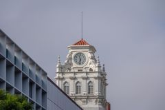 Klockatorn av byggande nära den PlazaSan svalan på Rivadavia och Rosario de Santa Fe gatahörn - Cordoba, Argentina Royaltyfria Bilder