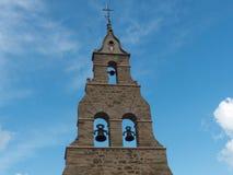 KLOCKATORN AV CHURCHUEN AV SANTIBANEZ DE LA ISLA, LEON, SPANIEN, EUROPA royaltyfri bild