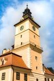 Klockatorn av museet av historia i Brasov, Rumänien fotografering för bildbyråer