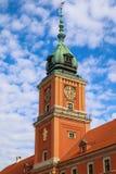 Klockatorn av Royal Palace i Warszawa, Polen på bakgrunden av blå himmel med moln royaltyfria bilder