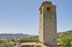 Klockatorn i den gamla stångstaden, Montenegro royaltyfria foton