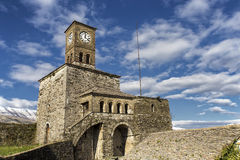 Klockatorn i Gjirokaster Albanien Royaltyfri Bild