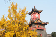 Klockatorn i höst i Chengdu - Kina Arkivfoto