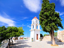 Klockatorn i Skiathos, Grekland mot den blåa himlen Fotografering för Bildbyråer