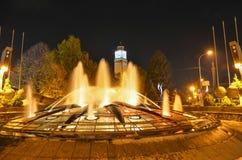 Klockatorn med springbrunnen på natten, Bitola, Makedonien Arkivfoton