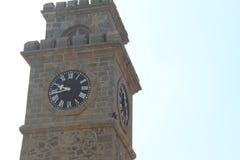 Klockatorn med timmar och bara royaltyfria bilder