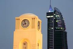 Klockatorn och Bahrain finansiell hamn Royaltyfri Fotografi