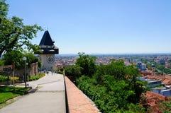 Klockatorn och det historiska området av Graz i Österrike Royaltyfri Fotografi