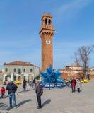 Klockatorn och exponeringsglas Sculture i Campo Santo Stefano i Murano Royaltyfri Fotografi