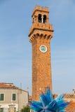 Klockatorn och exponeringsglas Sculture i Campo Santo Stefano i Murano Arkivfoton