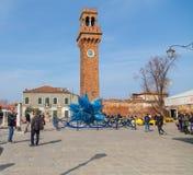 Klockatorn och exponeringsglas Sculture i Campo Santo Stefano i Murano Royaltyfria Bilder