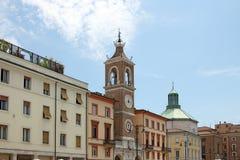 Klockatorn och gammal byggnadspiazza Tre Martiri Rimini Arkivbild