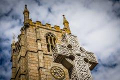 Klockatorn och kors för St Ias kyrkligt Arkivfoto