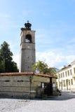 Klockatorn och kyrklig ingång i Bansko Arkivfoton