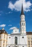 Klockatorn på byggnaden av kyrkan av St Michael i Wien Österrike royaltyfria bilder
