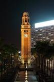 Klockatorn på natten. Hong Kong Royaltyfri Fotografi