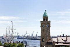 Klockatorn på porten av Hamburg Royaltyfri Bild