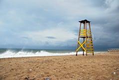 Klockatorn på stranden på stormig dag Arkivbild