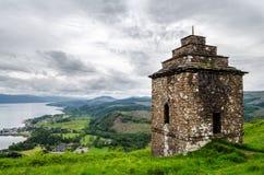 Klockatorn som förbiser Inveraray i Skottland Arkivfoto