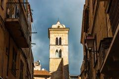 Klockatornet av basilikan av helgonet Mary Major, enstil Roman Catholic kyrka som lokaliseras i Bonifacio, Korsika arkivfoton