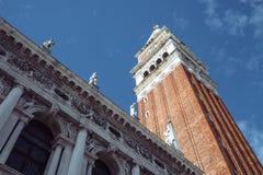 Klockatornet av den san marcofyrkanten i venice, Italien Arkivfoton