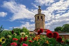 Klockatornet av domkyrkan av den Smolensk symbolen av modern av guden royaltyfri fotografi