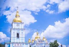 Klockatornet av en forntida kloster i Kiev royaltyfri foto