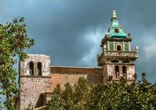 Klockatornet av kloster i Valldemossa Arkivbild