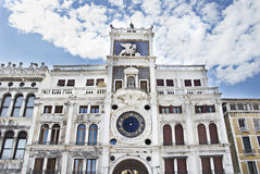 Klockatornet av St Mark (den Torre dell'Orologioen) i Venedig, Italien Arkivbilder