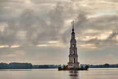 Klockatornet av St Nicholas Cathedral i staden av Kalyazin, Tver region royaltyfria foton