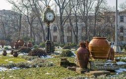 Klockatornet i Cismigiu parkerar, Bucharest, under vintersäsong Arkivbild