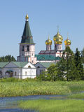 Klockatornet och domkyrkan av den Iveron symbolen av modern Svyatoozersky Valdai Iversky Bogoroditsky kloster Arkivfoto