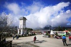 Klockatornet och parkerar på det Fansipan berget royaltyfri bild