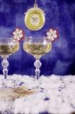 Klockor, exponeringsglas med champagne och räkningen 50 euro Royaltyfria Foton