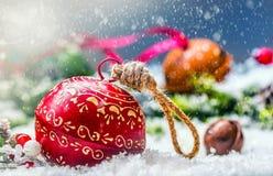 Klockor för julbollklirr Rött band med lycklig jul för text Snöig abstrakt bakgrund och garnering Royaltyfria Foton