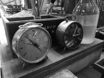 Klockor för tappning två i svartvitt Fotografering för Bildbyråer