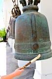 Klockor i buddismtempel Arkivbild