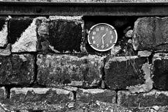 Klockor i tegelstenväggen Royaltyfri Foto