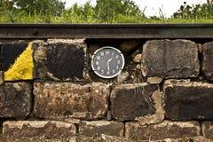 Klockor i tegelstenväggen Royaltyfri Fotografi