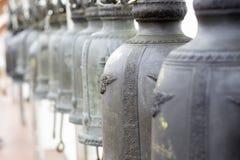 Klockor i van vid tempel slår tid att göra merit arkivfoto
