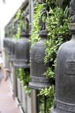 Klockor i van vid tempel slår tid att göra merit arkivfoton