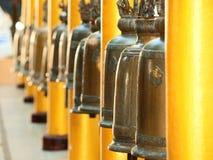 Klockor i Wat Phrathat Doi Suthep, Thailand Royaltyfri Foto
