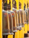 Klockor i Wat Phrathat Doi Suthep, Thailand Arkivbilder